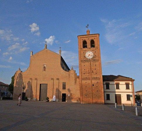 Massa Fiscaglia, Italia: Chiesa dei Santi Pietro e Giacomo con torre campanaria in stile romanico lombardo