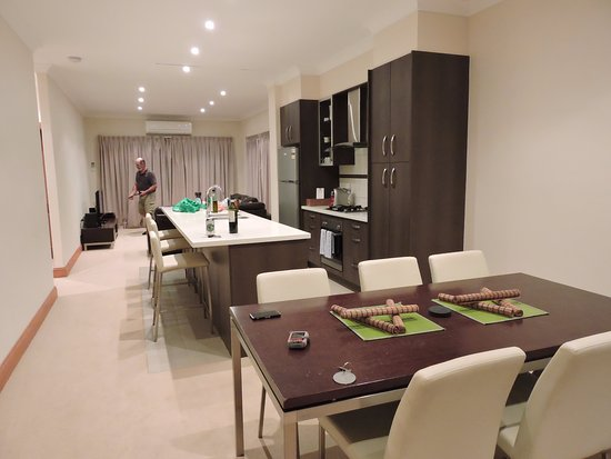 BIG4 Stuart Range Outback Resort: The kitchen, dining and lounge of the apartment