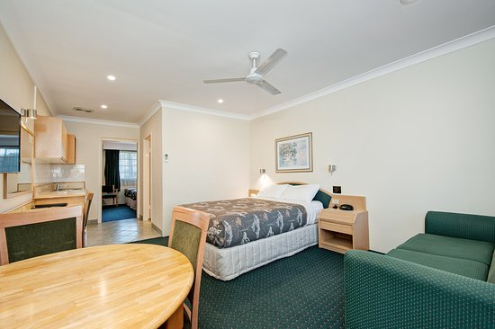 Raymond Terrace, Australia: Family room front room Queen bed + Single bed