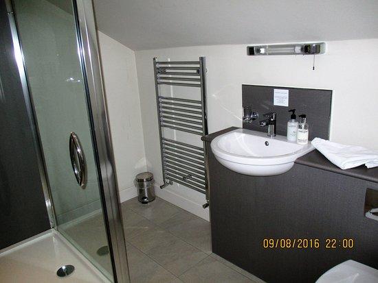 Arkholme, UK: Bathroom / toilet of the hotel room