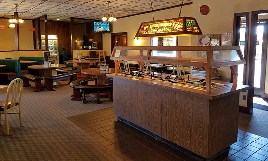 Round Table Pizza: Salad bar and main dining room