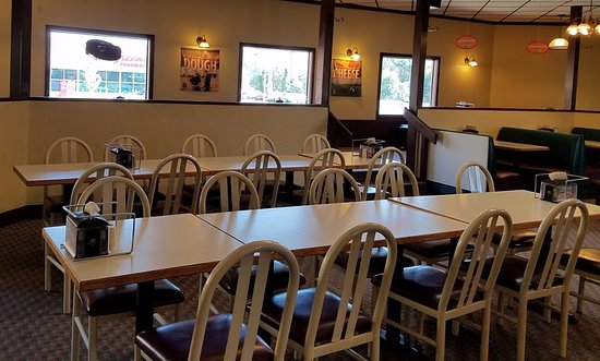 Round Table Pizza: Two levels in the dining room