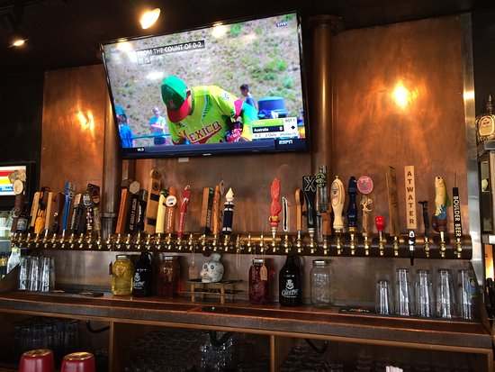 Worthington, OH: Beer taps behind the bar