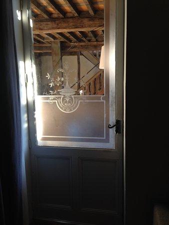 Cluny, Fransa: behind this door, a beautiful terrace