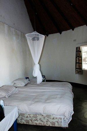 Zimbabue: Hippo Lodge - Bedroom 1 (our own linen& mozzie net)