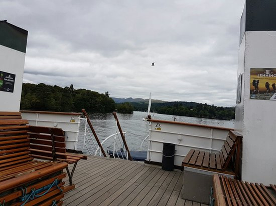 Bowness-on-Windermere, UK: Windermere cruises with the steam train