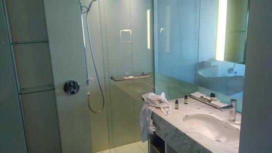 Budget Badkamer Eindhoven : Mooie producten in de badkamer foto van pullman eindhoven