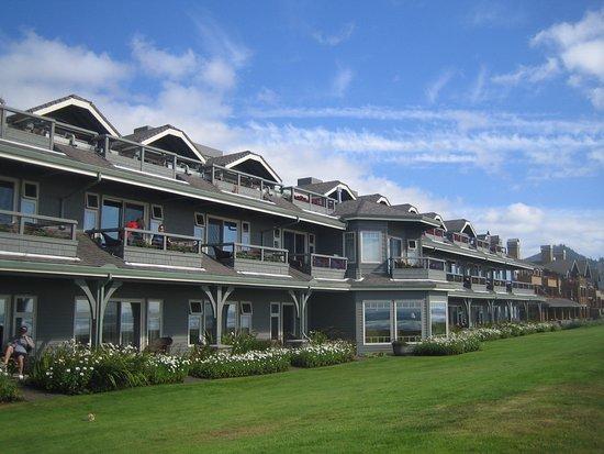 Stephanie Inn: Hotel facing onto beach