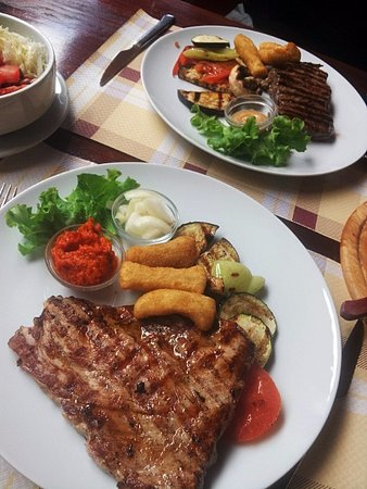 Restoran Na Susaku: Rump steak and a beefsteak with mixed salad