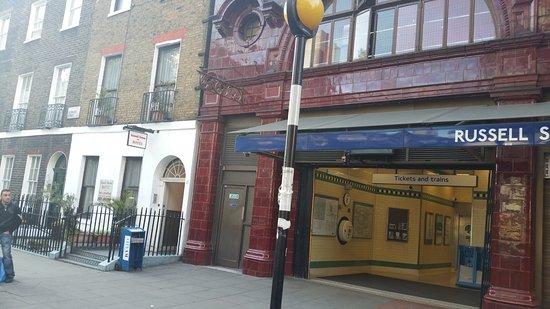 Russell House Hotel: La façade de l'hôtel à côté de la station de métro Russell square station
