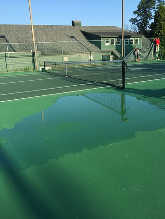 Bolton Landing, estado de Nueva York: The puddle of water on the tennis court for all 3 days we were there