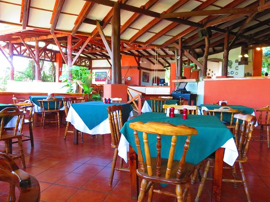 Hacienda Guachipelin: Dining area, with open view to gardens