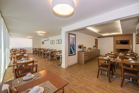 Duque de Caxias, RJ: Excelente café da manhã tropical, com bebidas quentes ( chá, café, chocolate ), frutas e bolos.