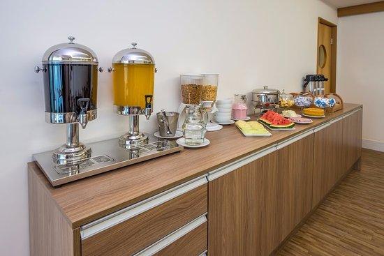 Duque de Caxias, RJ: Café da manhã sortido com queijos, ovos , geléias e cereais.
