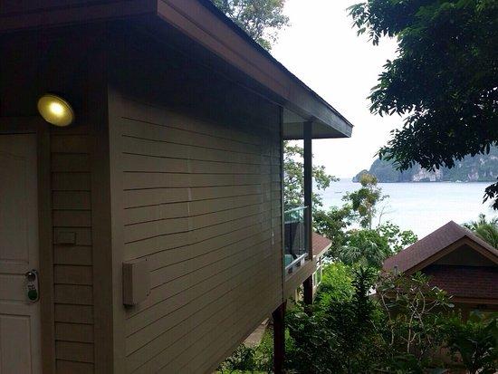 Phi Phi Bayview Resort: L'île à visiter absolument. Voir la réalité de l'état des hôtels sur TripAdvisor