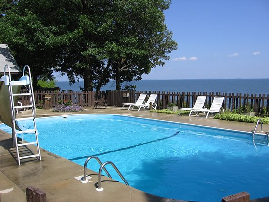 Walker, MN: Relax by the lakeside pool