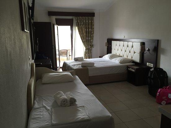 Camere Con Divano Letto : Camera con letto matrimoniale e divano letto picture of allea