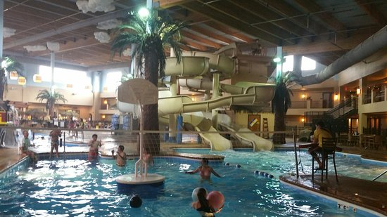 Ramada Tropics Resort / Conference Center Des Moines: Fun for the family! Poolside restaurant and bar!