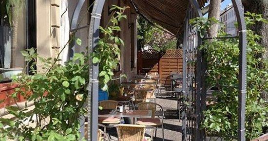 Restaurant Buchholz: Sonnenterasse, die im Sommer zum Verweilen und Genießen einlädt