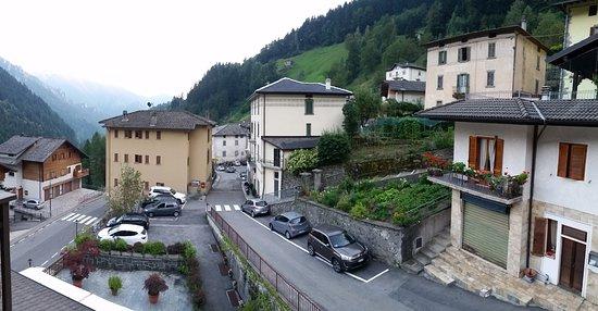 The Sun Hotel: La vista offerta da una delle finestre della camera verso la valle
