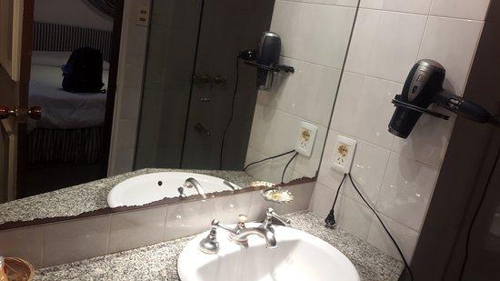 El Mirador Hotel and Spa: Detalles que necesitan renovación en el baño (el espejo)