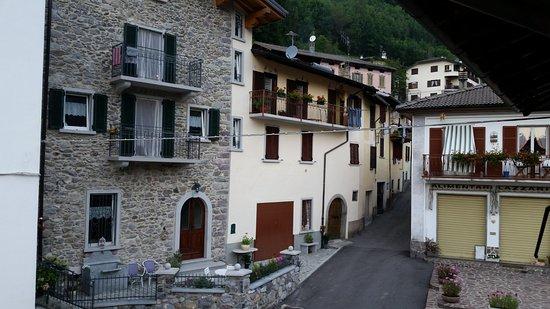 The Sun Hotel: Dalla finestra della camera, il piccolo paese di Mezzoldo.