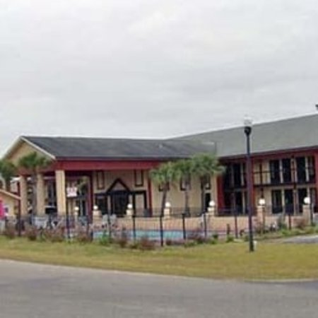 Econo Lodge: That pool doesn't look like that.