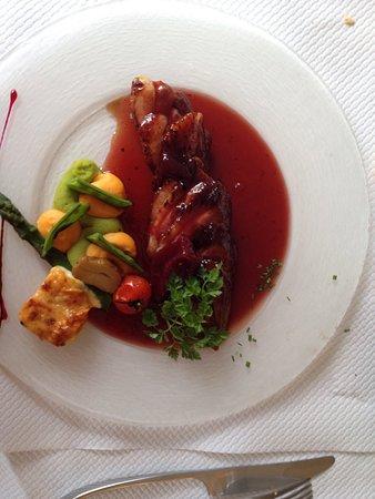 Fleurey-sur-Ouche, Francia: Plat du jour pintade farcis et riz provençal et plat à la carte magret de canard poire framboise
