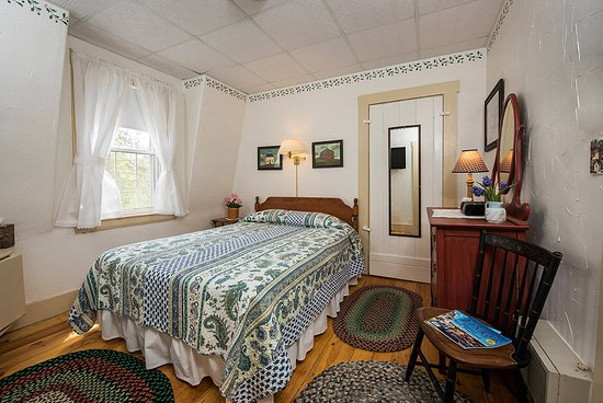 Yardarm Village Inn: Queen bed room