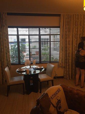 Tradewinds Apartment Hotel: Habitación y terraza