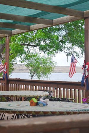 Grand View, ID: Outdoor dining at the lakefront