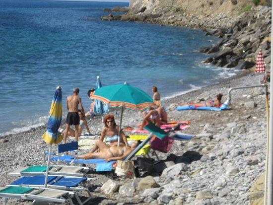 Итальянская Ривьера, Италия: la spiaggia di sassolini....