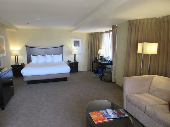 Parc 55 San Francisco, a Hilton Hotel: Spacious X39 room - corner of building with windows on two sides