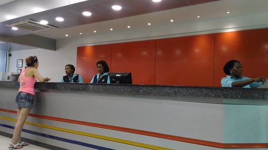Apartahotel Las Americas: El lobby del Hotel ha sido remodelado y es muy amplio y fresco para los huespedes que apenas lle