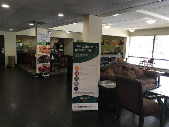 Quality Inn Airport–Southeast: Breakfast & lounge area