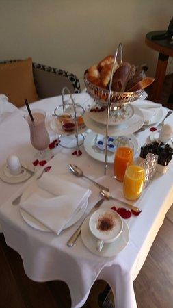 آرت ديكو هوتل مونتانا: Frühstück auf dem Zimmer
