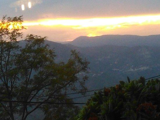 Aspremont, ฝรั่งเศส: Zonsondergang en panorama vanop terras