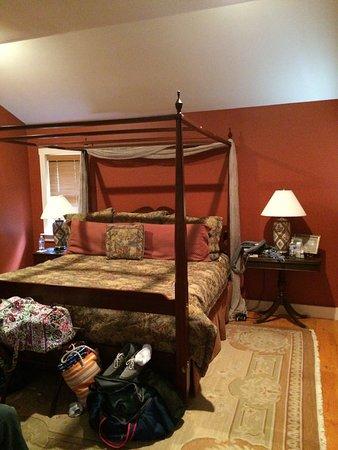 สตีเฟนส์ซิตี, เวอร์จิเนีย: Our stay in Gabriel's room, part of the cottage on the hill.