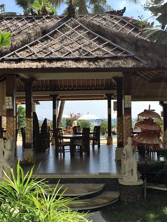 Palm Garden Amed Beach & Spa Resort: opoen air restaruant overlooking pool and beach