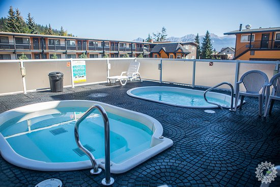 Mount Robson Inn: Year round Outdoor Hot Tubs
