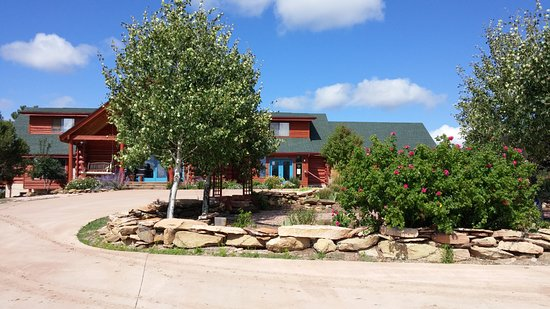 Dolores, CO: View of the front of the lodge and restaurant.