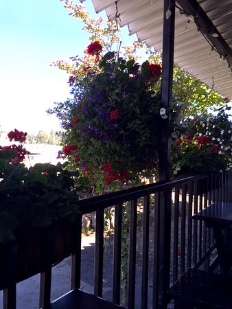 Ladner, Kanada: Hanging Baskets & Flower Boxes blocking view