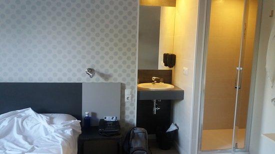 Armilla, Spanje: La cama está justo al lado del lavabo que está fuera