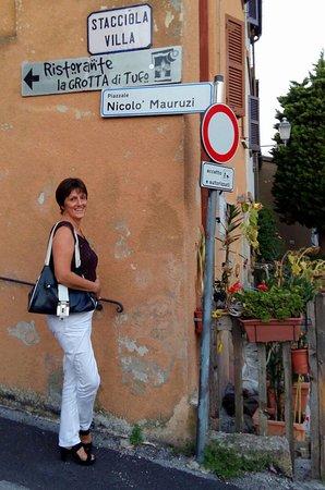 San Costanzo, Italien: Verder dan hier kun je met een auto niet komen. Nog 50 m door een smalle steeg naar pleintje.