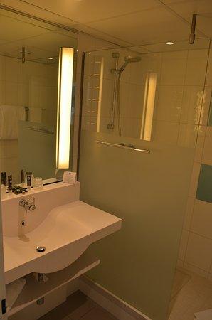 salle de bain fonctionnelle picture of novotel breda. Black Bedroom Furniture Sets. Home Design Ideas