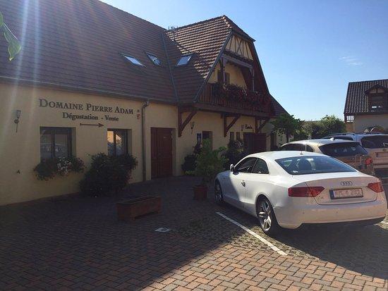 Domaine Pierre Adam: Innenhof, Blick auf Gästehaus