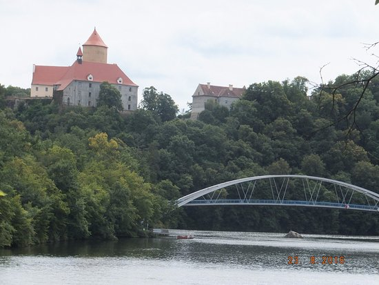 Brno, Tjekkiet: Hrad Vevefi - footbridge over dam to get to footpath