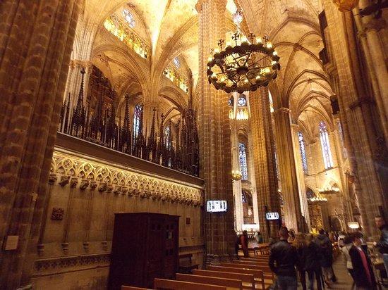 Interior desde la nave central picture of barcelona for Catedral de barcelona interior