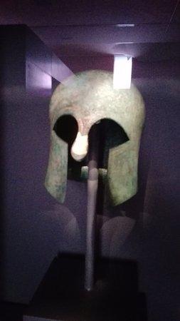 Archaeological Museum of Thessaloniki : elmetto delle prime guerre dell'antica grecia