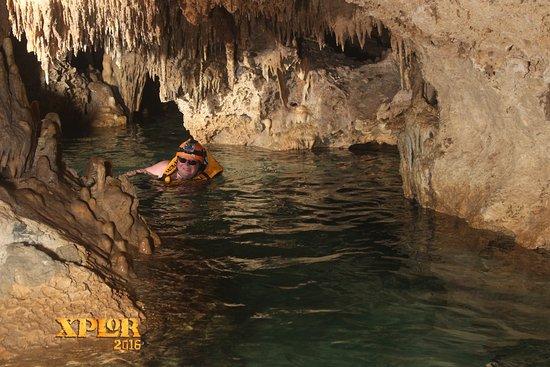 Nage dans la caverne des stalagtites